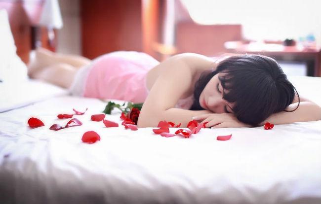 Mujer en cama con rosas